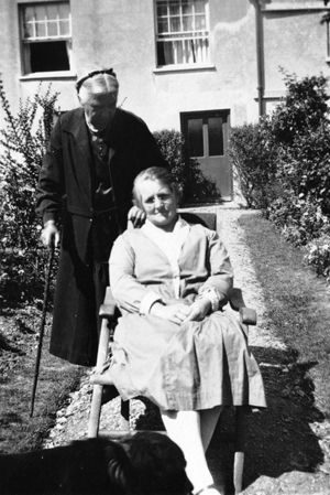 Jessie Rose, born 1878, with her mother, Faith Piper; Ravenscot Farm, Pamber Green.